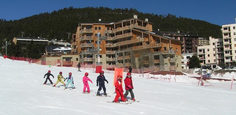 Les enfants s'initient au ski à l'Auberge de la Baliu PEP 34 des Angles (Pyrénées-Orientales).