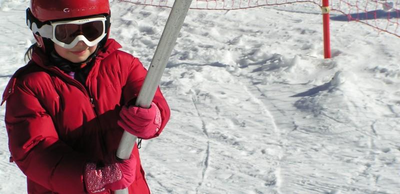 Les enfants découvrent le ski à l'Auberge de la Baliu PEP 34 des Angles (Pyrénées-Orientales).