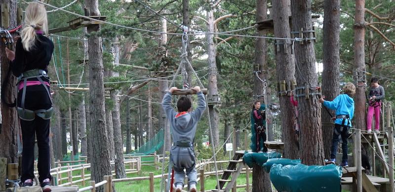Accrobranche en pleine forêt au centre de vacances PEP 34 des Angles (Pyrénées-Orientales).