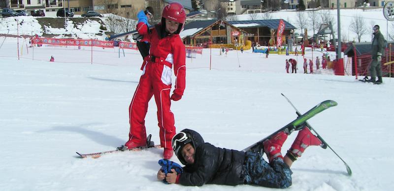 Les enfants profitent des pistes de ski des Angles.