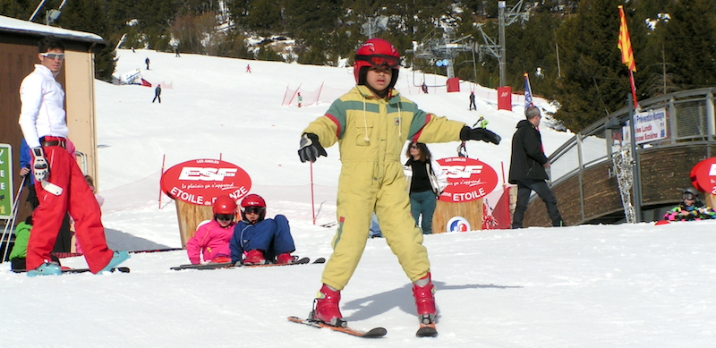 Découverte du ski en classe de neige à l'Auberge de la Baliu PEP 34 des Angles (Pyrénées-Orientales).
