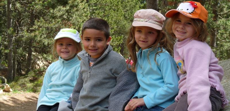 Les enfants découvrent le parc animalier des Angles (Pyrénées-Orientales).