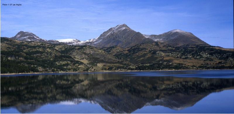 Vue sur le lac et les montagnes aux Angles.