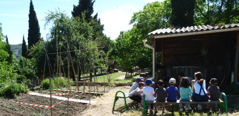 Les enfants se préparent pour une balade en pleine nature.