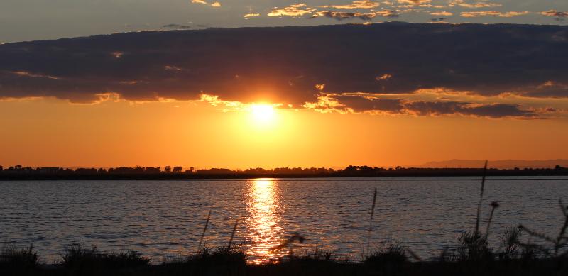 Coucher du soleil sur les salins d'Aigues-Mortes.