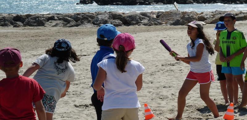 Jeux collectifs sur la plage avec les PEP 34.